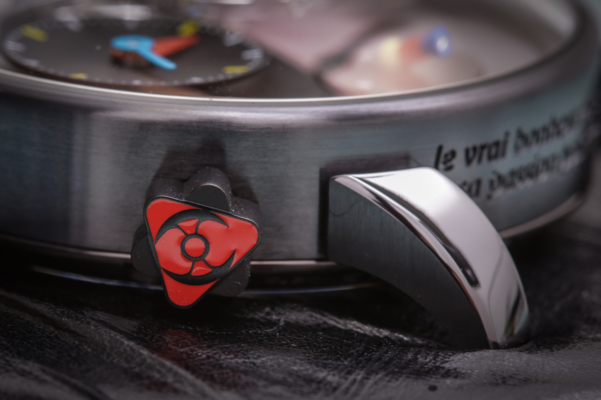 Even the crowns of LM1 Silberstein blend the worlds of both creators: a Silberstein triangle and primary red color with MB&F's battle-axe icon