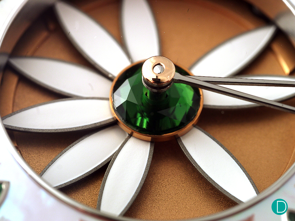 The distinctive dial design of the Layla with white petals resembling that of a daisy flower